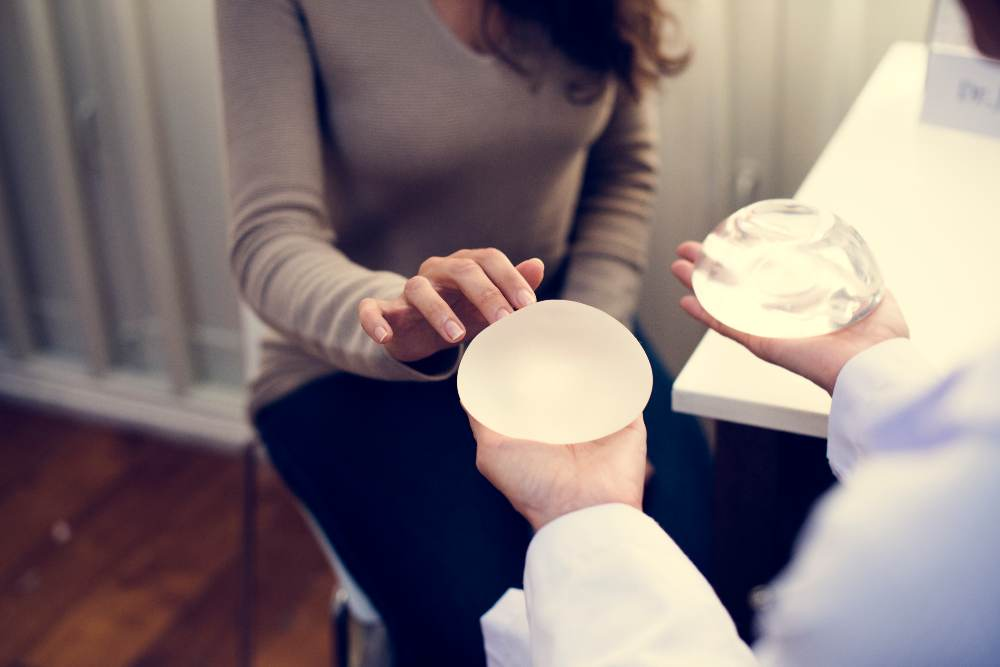 Cuál es el procedimiento para colocar implantes mamarios